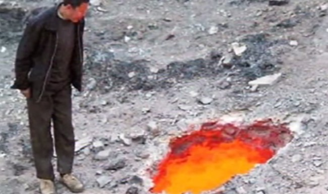The smoldering crater of fire appeared in the Xinjiang Uyghur Autonomous Region of northwest China. We know that it